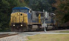 Locomotora diesel con los brazos de la travesía de la seguridad Foto de archivo libre de regalías