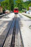 Locomotora diesel en un ferrocarril de la rueda dentada del vintage que va a Schafbe foto de archivo