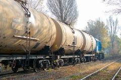 Locomotora diesel que entrega el aceite en los tanques imágenes de archivo libres de regalías