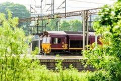 Locomotora diesel vieja de la opinión del día en la estación de tren fotos de archivo