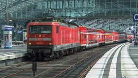 Locomotora eléctrica del DB de la clase 143 en la configuración de vaivén del sistema en el terminal de Berlin Central imagen de archivo