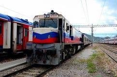 Locomotora eléctrica diesel de los ferrocarriles turcos para el tren expreso de Dogu en Ankara Turquía fotos de archivo