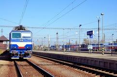 Locomotora en la estación de tren Imagen de archivo