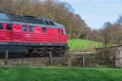 Locomotora en la travesía de ferrocarril en Ratingen Imagen de archivo libre de regalías