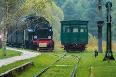 Locomotora vieja en la lluvia imagen de archivo libre de regalías