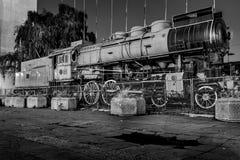 Locomotora vieja y abandonada en blanco y negro Fotos de archivo libres de regalías