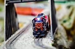 Locomotoras miniatura del tren del modelo del juguete en la exhibición Fotografía de archivo