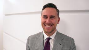 Locutor caucásico, hombre de negocios, líder empresarial acertado, sonrisa del directivo de la empresa Retrato del hombre de nego almacen de video