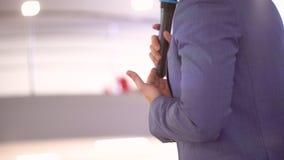 Locutor del hombre de la persona que ense?a en la Conferencia Internacional sobre la gesti?n 4 econ?micos K, hombres de negocios  almacen de video