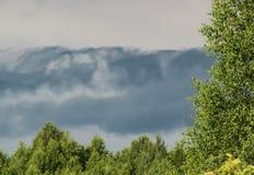 Loden wolken vóór de regen stock afbeelding