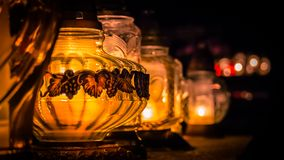 Lodernde Kerzen auf dem Grab Lizenzfreie Stockbilder