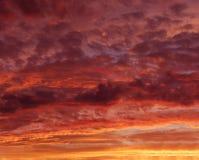 Lodernder roter orange Himmel an der Abenddämmerung, orange Sonnenuntergang, bunter Sonnenuntergang, eartistic Foto der Abenddämm Stockbilder