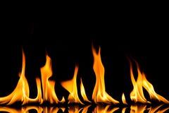 Loderndes Feuer-Flamme auf schwarzem Hintergrund Stockfotos