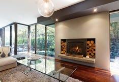 Loderndes Feuer im Luxusarchitekten entwarf australisches Haus stockbilder
