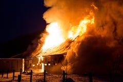 Loderndes Feuer zerstörte Scheune Lizenzfreie Stockfotografie
