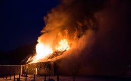 Loderndes Feuer zerstörte Scheune Stockfotos