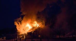 Loderndes Feuer zerstörte Scheune Stockfotografie
