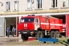 LODEYNOJE-POLEN, RYSSLAND - MAY 2., 2016: Oidentifierade brandmän väntar på en ny uppgift i garaget Arkivfoto