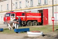 LODEYNOJE słup, ROSJA - MAY 2TH, 2016: Niezidentyfikowani strażacy myje ich samochód strażackiego Obrazy Stock
