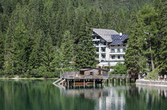 Lodge and boat on the lake Royalty Free Stock Photography