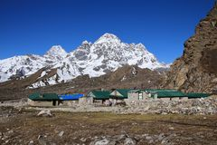Lodges in Thagnak and snow capped mountain Royalty Free Stock Photography