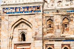 Lodi庭院。伊斯兰教的坟茔(Seesh Gumbad和Bara Gumbad)在环境美化的庭院里设置了。15世纪广告。新德里,印度。 免版税图库摄影