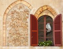 Lodi - Windows de un palacio antiguo Fotos de archivo