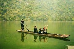 Lodisar är sjön, det Bac Kan landskapet, Vietnam - April 4, 2017: turister på fartyget ska tycka om, och att undersöka lodisar va Arkivbild