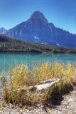Lodlinje av berget och sjön i den Banff nationalparken, Kanada Royaltyfri Bild