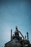 Lodlinje av den stads- stålstrukturen Royaltyfria Bilder