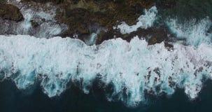 Lodlinje av stora avbrottsvågor till mot de Zuytdorp klipporna - Dirk Hartog Island, område för arv för hajfjärdvärld arkivfilmer