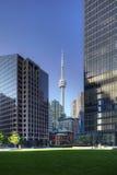 Lodlinje av Toronto skyskrapor med CN-tornet i bakgrund Arkivbilder