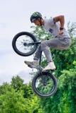 Lodlinje för banhoppning för cyklist för BMX-fristil tonårs- Arkivbild