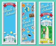 Lodlinje tre tillbaka till skolavektorramar och baner med klotterbrevpapper och skolabyggnad i blå bakgrund stock illustrationer