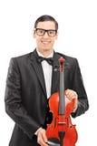 Lodlinjen sköt av en ung musiker som poserar med en fiol Arkivfoton