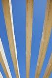 Lodlinjen hårdnar formar på en rik blåttsky Arkivfoto