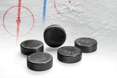 Lodowa arena z ocechowaniami i hokejowymi krążkami hokojowymi Obrazy Stock