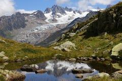Lodowa d «Argentiere odbicie w Lac des Cheserys fotografia stock