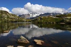 Lodowa d «Argentiere odbicie w Lac des Cheserys obrazy royalty free