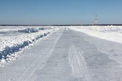 Lodowa droga w śniegu na zamarzniętym rezerwacie wodnym w zimie Zdjęcie Stock
