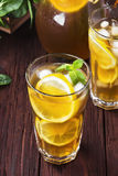 Lodowa herbata z cytryną i mennicą na drewnianym tle Obrazy Royalty Free