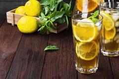 Lodowa herbata z cytryną i mennicą na drewnianym tle kosmos kopii Obraz Stock