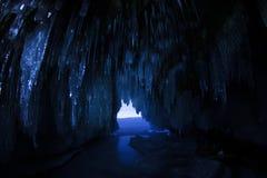 Lodowa jama w blask księżyca przy nocą na wyspie Olkhon na Jeziornym Baikal w zimie obraz stock
