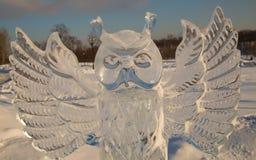 Lodowa postać sowa w parku w zimie na jasnym dniu Zdjęcia Stock
