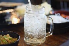 Lodowa soda z lunchem na stole zdjęcie royalty free