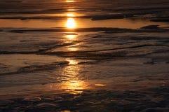 Lodowa tekstura zamarznięty jeziorny Baikal w zimie w słońcu przy zmierzchem Obraz Royalty Free