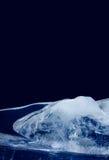 Lodowa tekstury powierzchnia Błękitny abstrakcjonistyczny kształt marznący koloru wodny sopel Głęboki - marznie dekoracyjną ramę  fotografia stock