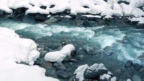Lodowata Błękitna Halna rzeka W śniegu zbiory wideo