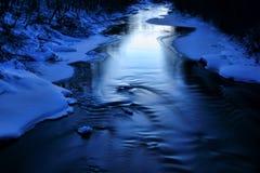 Lodowata błękitna rzeka na zimnym zima wieczór zdjęcie stock