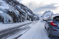 Lodowata droga w kierunku Ã… w zachodzie Lofoten wyspy w zimie obraz royalty free